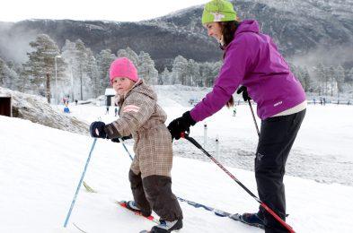 Når den første kunstsnøen legges i Oppdal Skistadion sent oktober, er stadion full av unge håpefulle. Foto: OPP