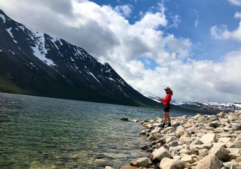 Fiske i Gjevilvatnet. Foto: Rønnaug Nyrnes